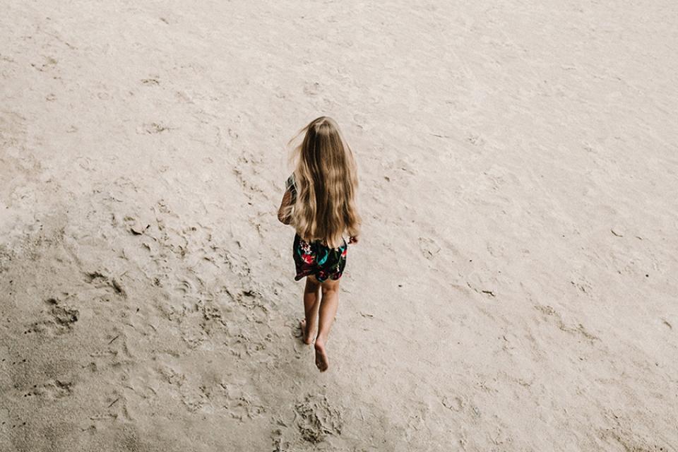 daughter running towards her mother villa